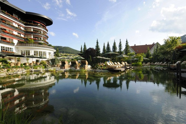 Hotel Bareiss_Außenansicht Naturschwimmteich